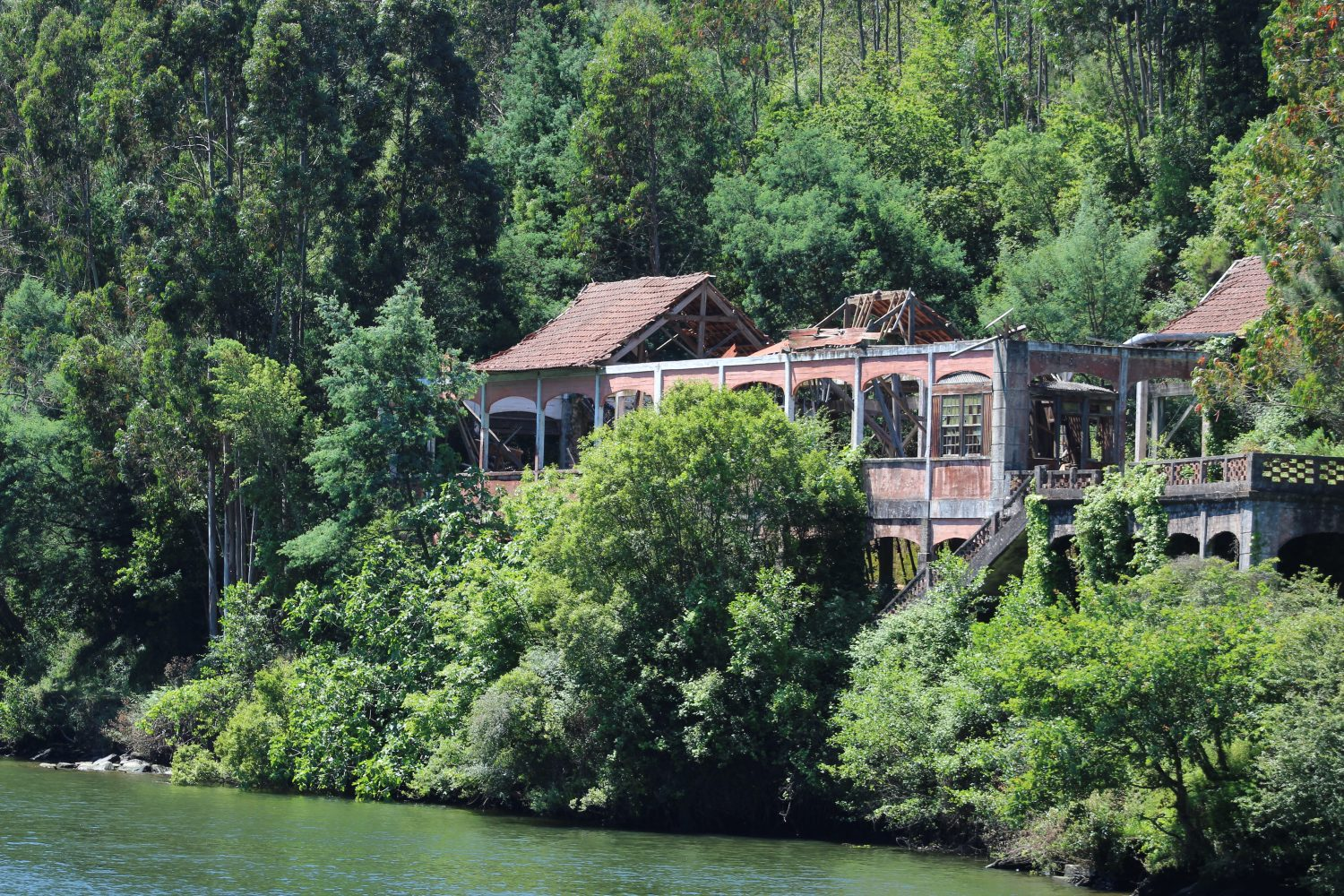 Old house near the river Douro