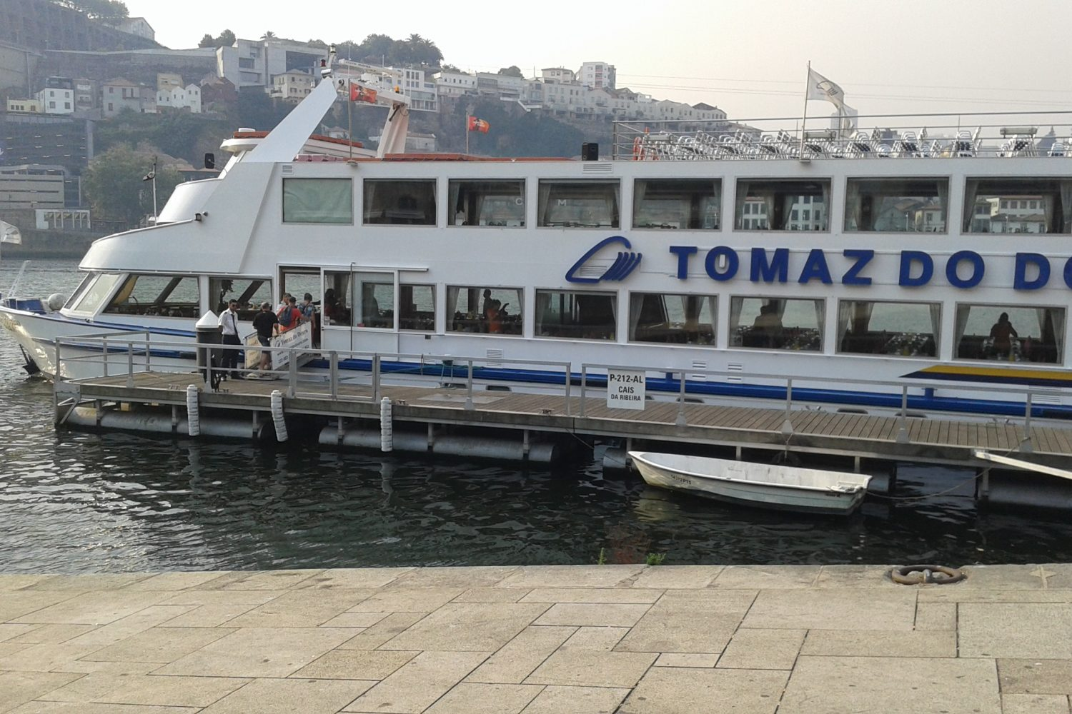 People getting in for a douro cruise