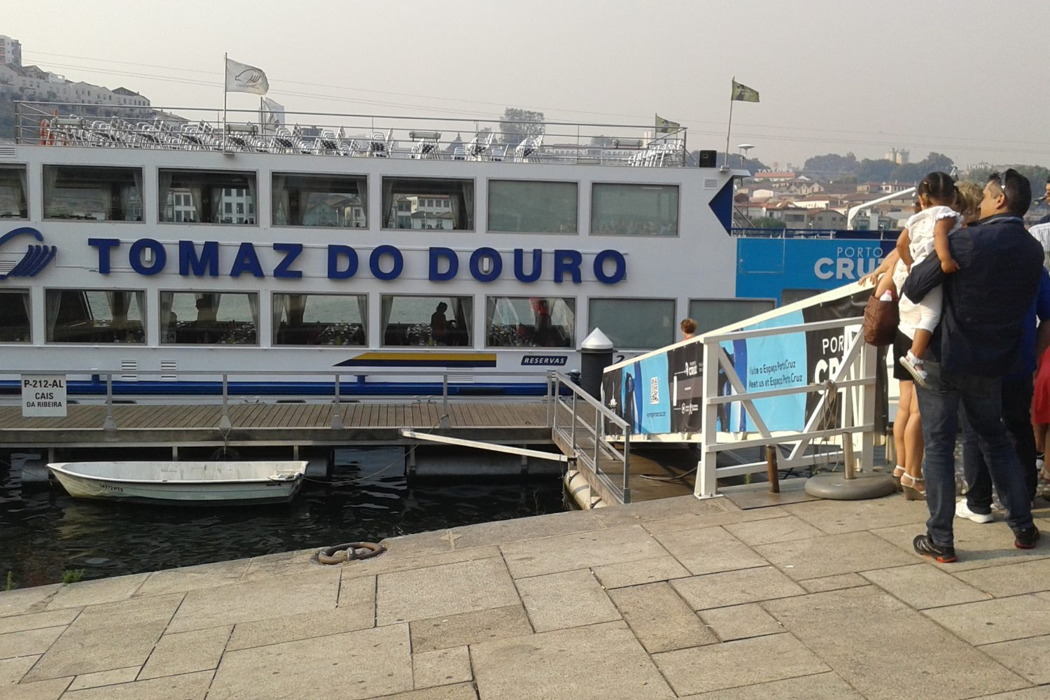 People taking place on the boat for a douro cruise