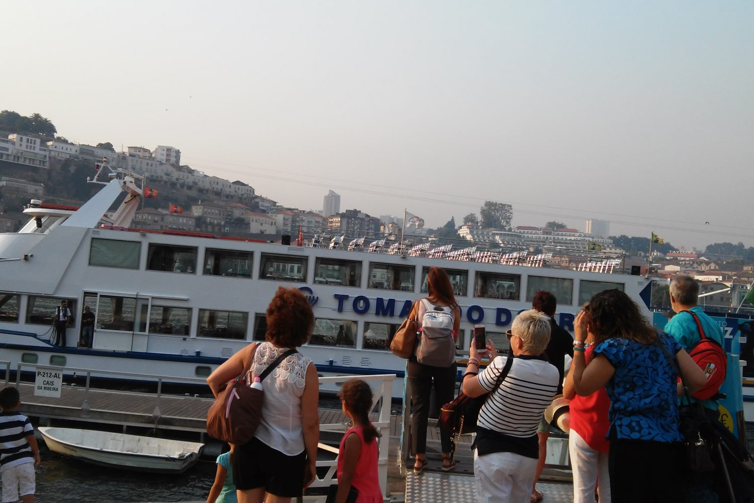 People waiting for a Douro cruise