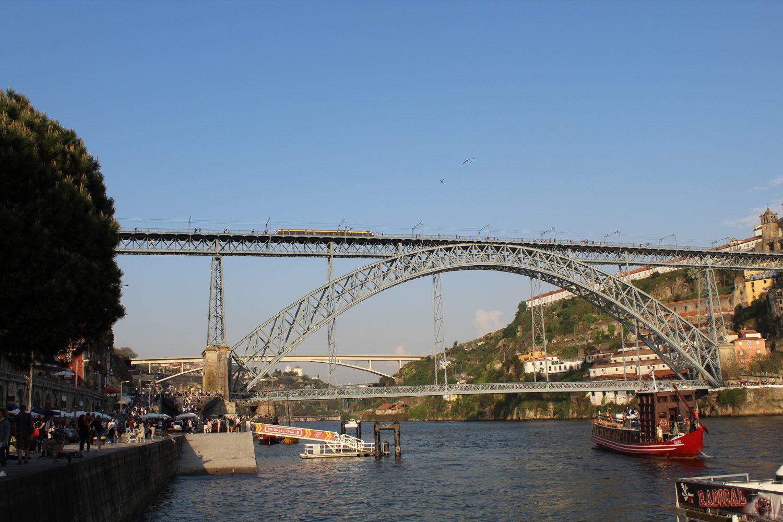 cruzeiro com almoço ou jantar a sair do cais da ribeira a passar ponte luis i e metro do porto