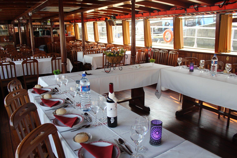 decoração mesas no cruzeiro com almoço ou jantar no rio douro