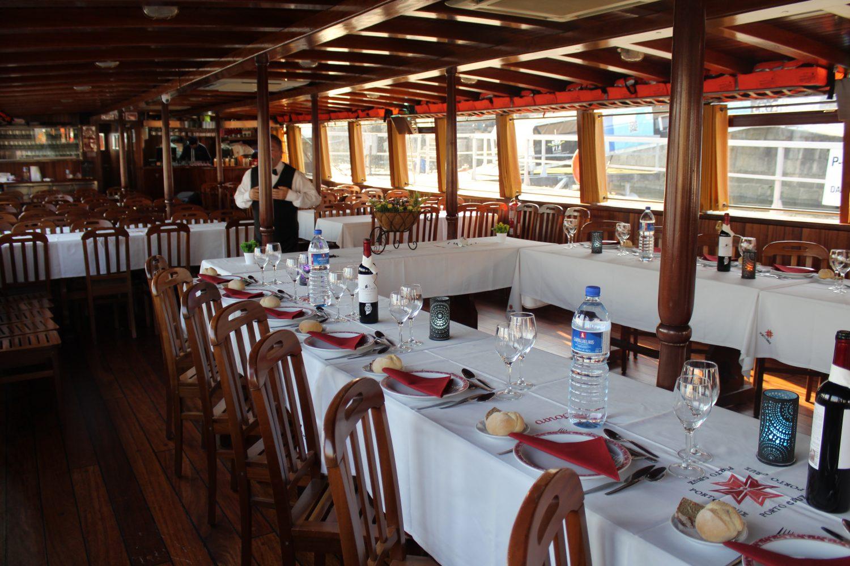 disposição mesas cruzeiro com almoço ou jantar no rio douro