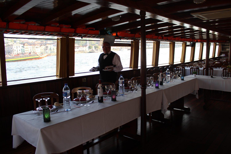 garçon a servir entradas no cruzeiro com almoço ou jantar no rio douro