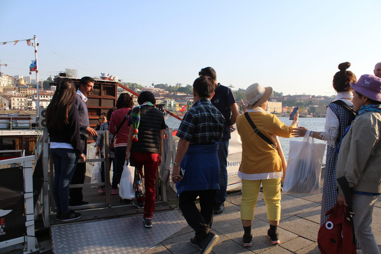 grupo a entrar no barco para cruzeiro com almoço ou jantar no rio douro