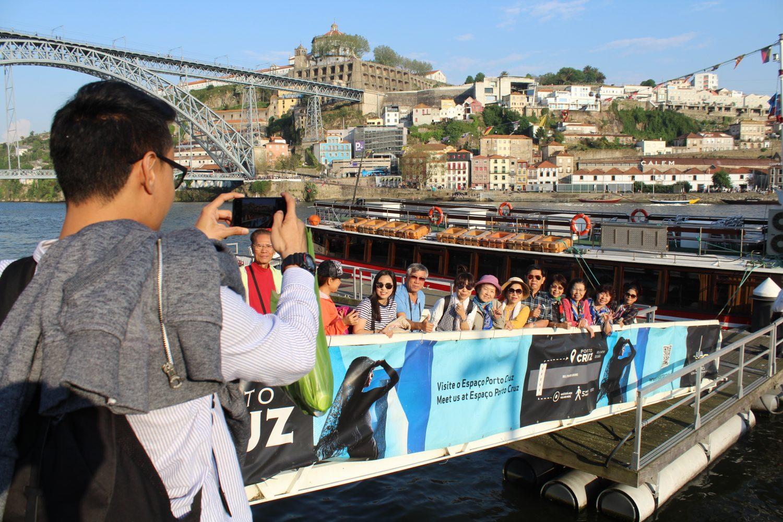 grupo a entrar no barco para cruzeiro com almoço ou jantar no rio douro com vista cais de gaia e serra pilar