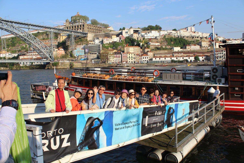 grupo a entrar no barco para cruzeiro com almoço ou jantar no rio douro com vista cais gaia