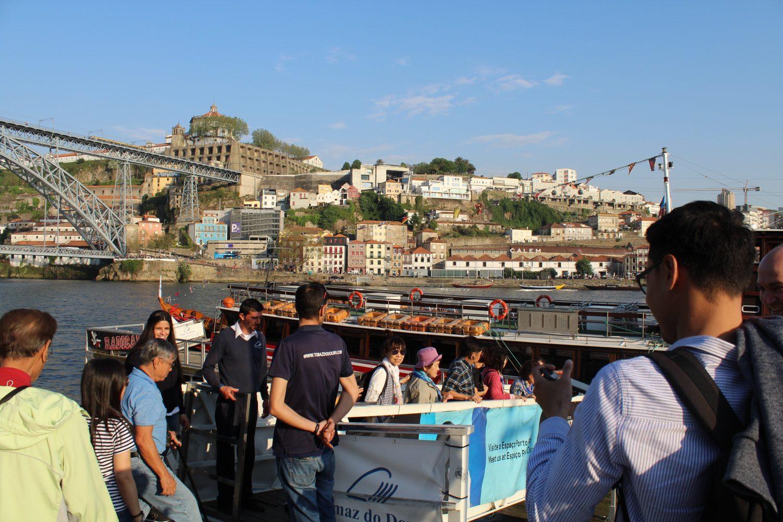grupo a entrar no barco para cruzeiro com almoço ou jantar no rio douro com vista ponte luis i