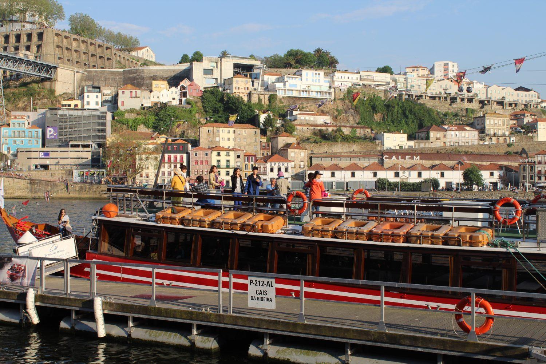 grupo no deck do barco para cruzeiro com almoço ou jantar no rio douro