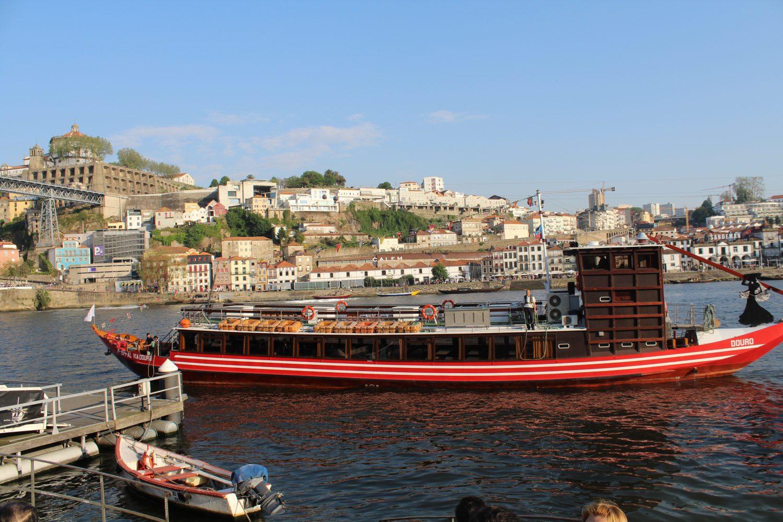vista lateral barco cruzeiro no douro com almoço ou jantar