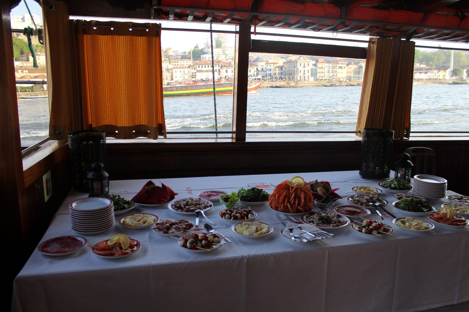 Appetizers in a Douro cruise with lunch or dinner on board