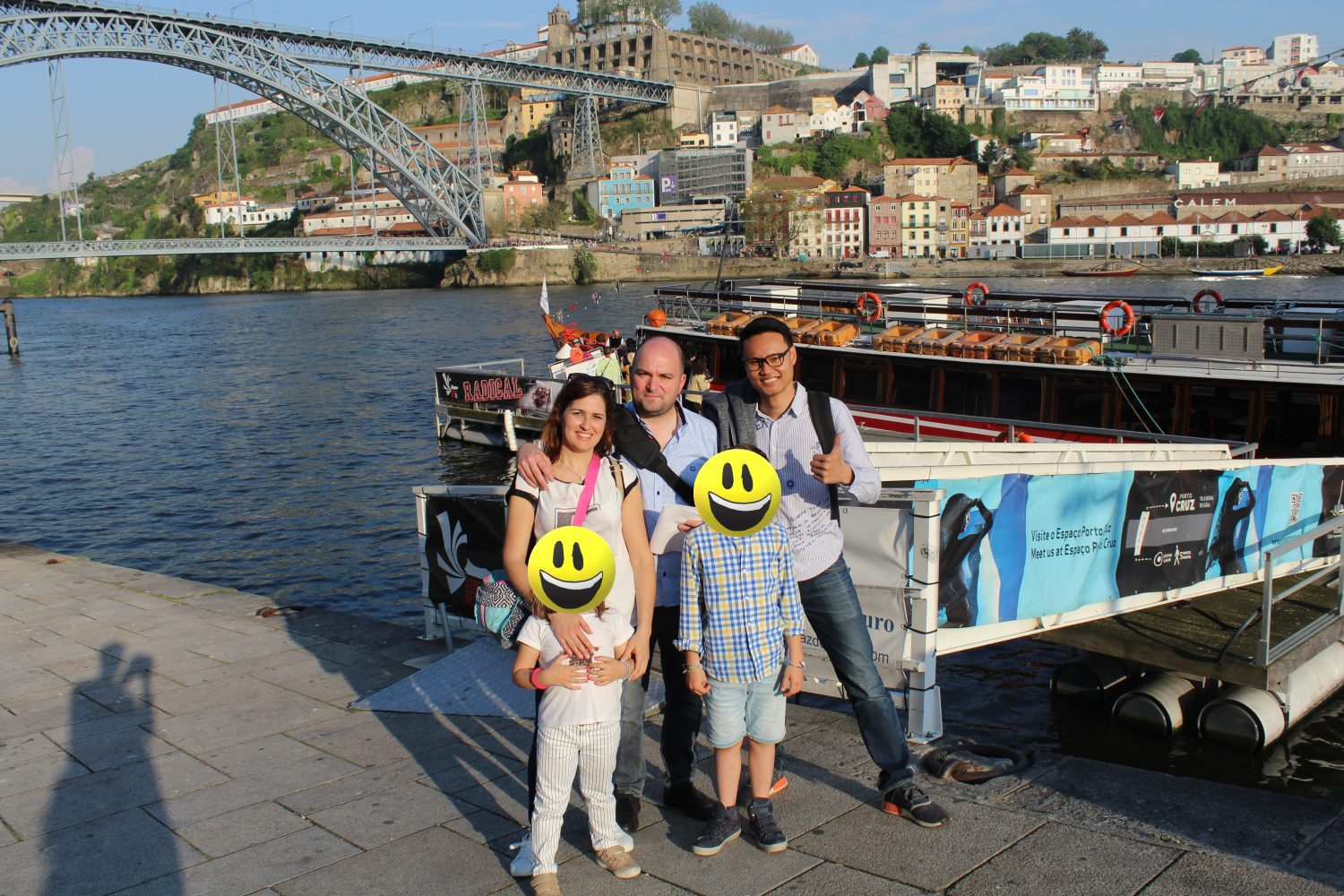 at porto with team leader to get on the boat to cruise with lunch or dinner on douro river porto