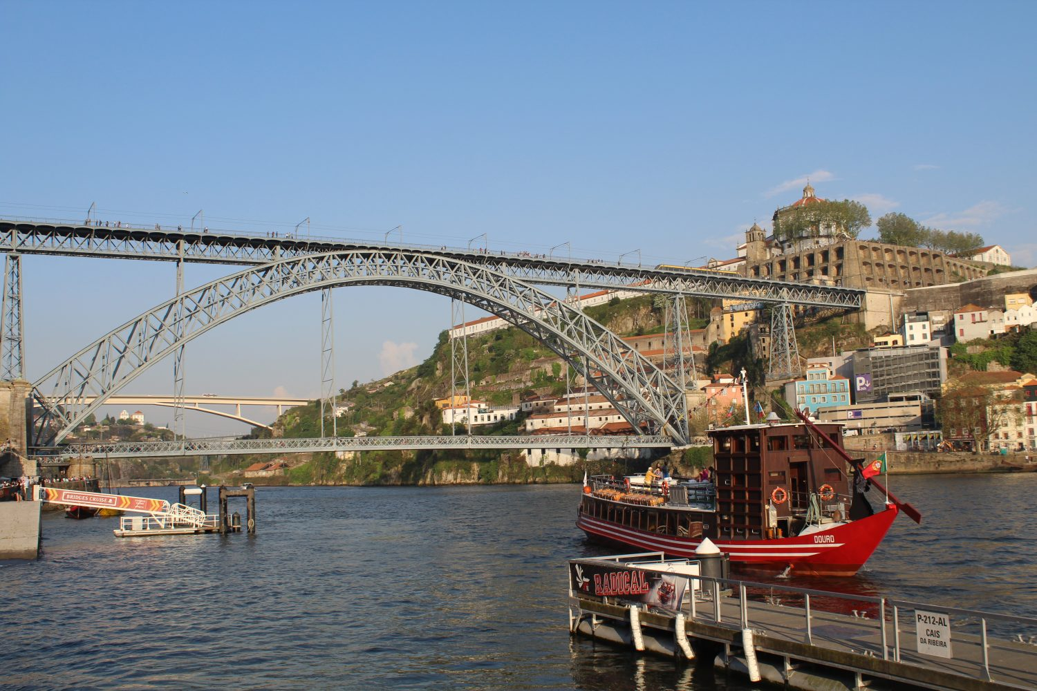 cruise with lunch or dinner to leave the dock of the Douro river with view over Luis I bridge and serra do pilar